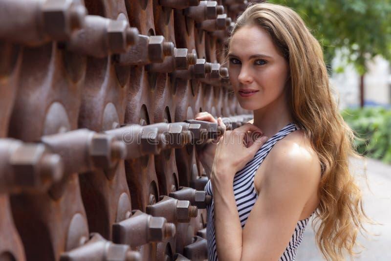 Posing Outdoors modelo moreno bonito fotos de stock