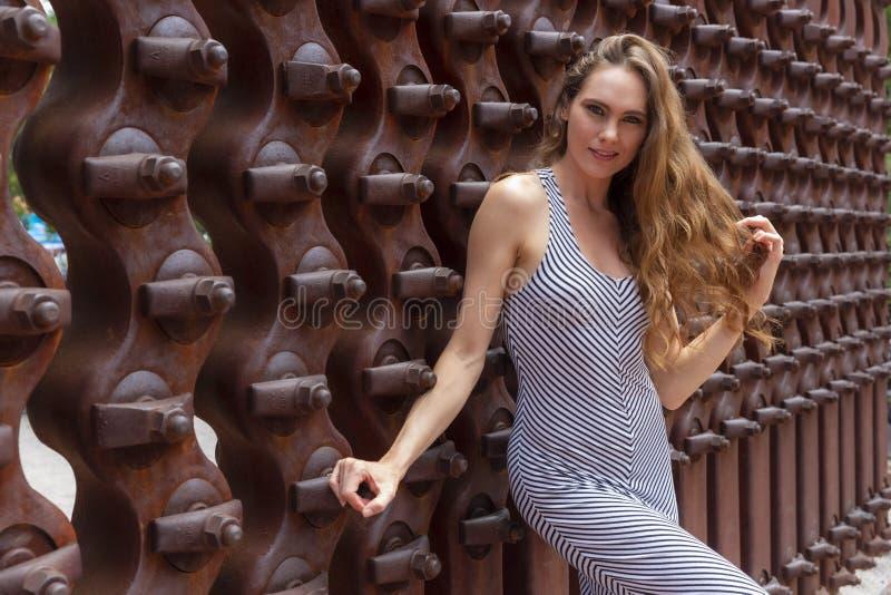 Posing Outdoors modelo moreno bonito fotos de stock royalty free
