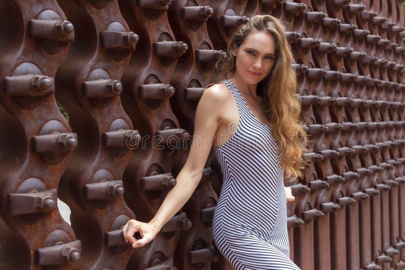 Posing Outdoors modelo moreno bonito foto de stock