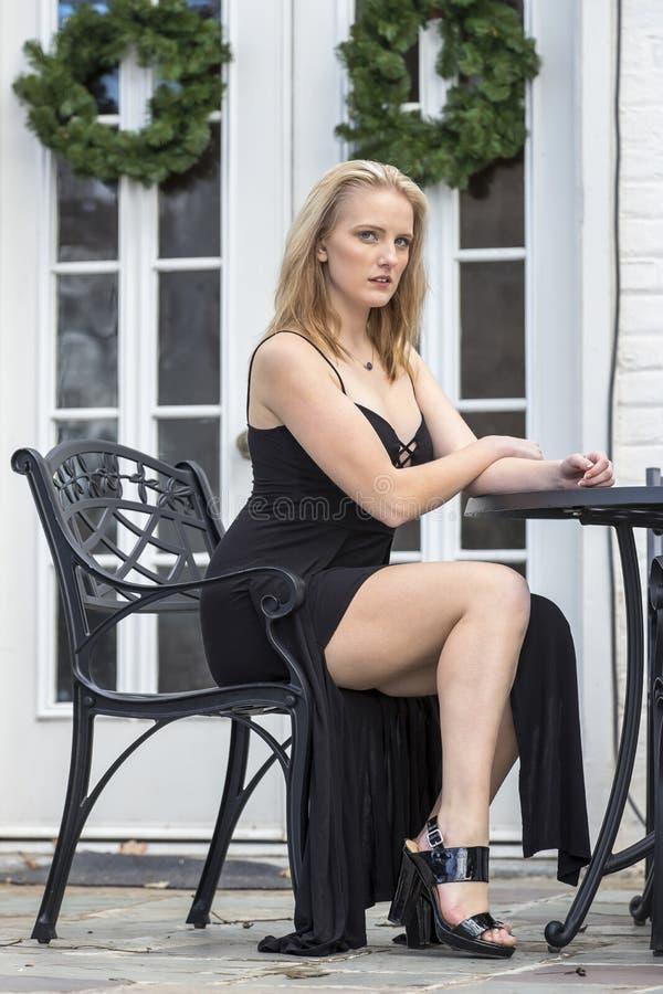 Posing Outdoors In modelo rubio un vestido de noche fotografía de archivo