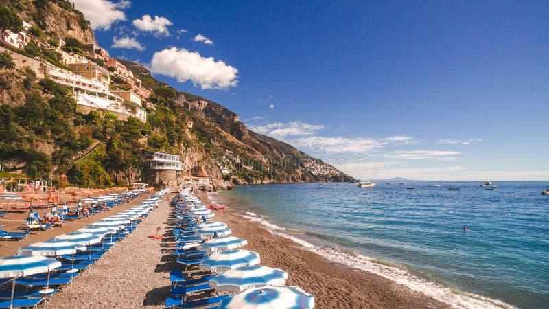 Positano, Ιταλία - παραλία με τις ομπρέλες, ακτή της Αμάλφης, έννοια διακοπών, θάλασσα, διάστημα αντιγράφων, υπόβαθρο γύρου ταξιδ στοκ εικόνες