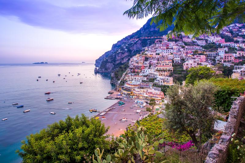 Positano, свободный полет Amalfi, Италия Сценарный взгляд городка и пляжа стоковые фотографии rf