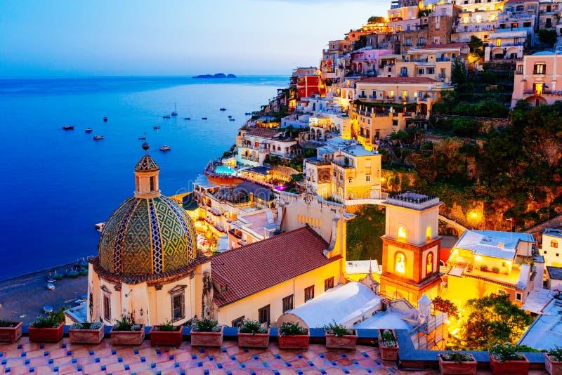 Positano, свободный полет Amalfi, Италия Сценарный взгляд на сумраке стоковая фотография
