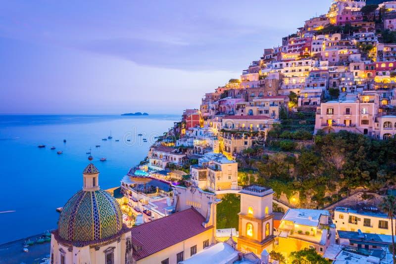 Positano, свободный полет Amalfi, Италия Сценарный взгляд на сумраке стоковая фотография rf