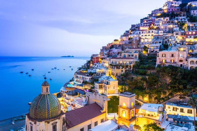 Positano, свободный полет Amalfi, Италия Сценарный взгляд на сумраке стоковые фото