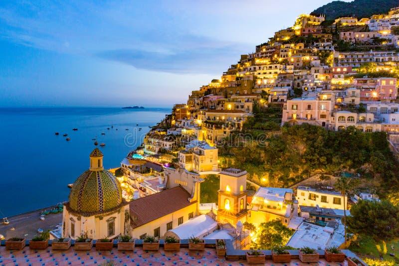 Positano, свободный полет Amalfi, Италия Сценарный взгляд на сумраке стоковое фото rf