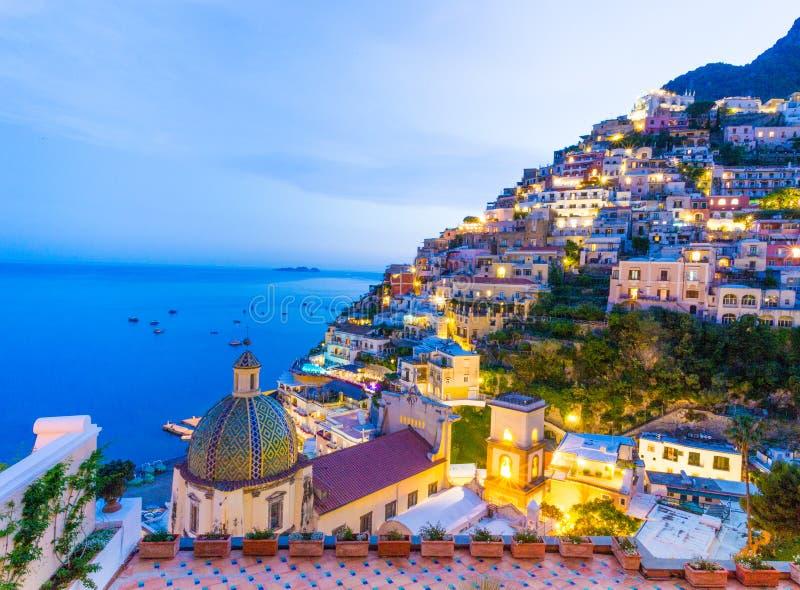 Positano, свободный полет Amalfi, Италия Сценарный взгляд на сумраке стоковое фото