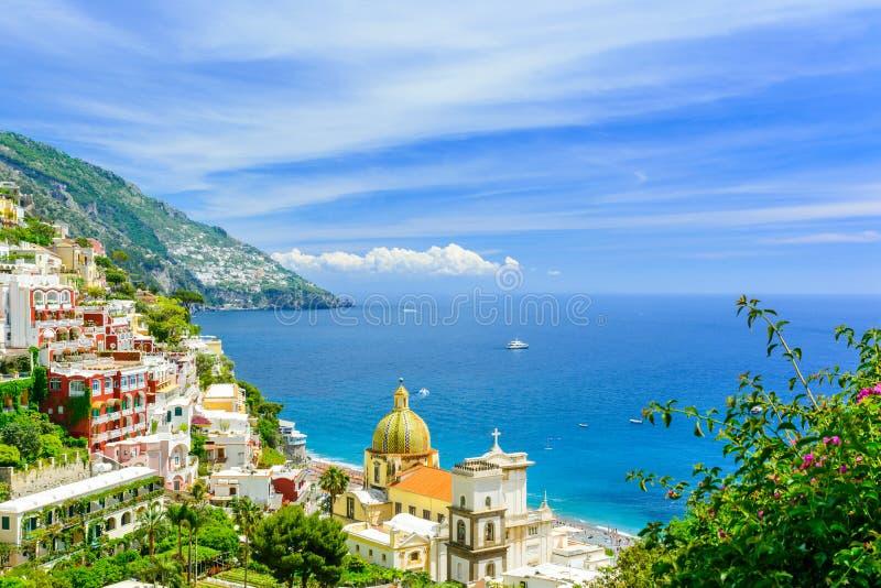 Positano, Amalfi Kust, Campania, Italië mooie mening over oude stad bij zonnige dag royalty-vrije stock afbeelding