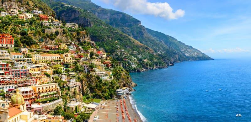 Positano, Amalfi Kust, Campania, Italië Panorama op oude stad bij zonnige dag stock afbeelding