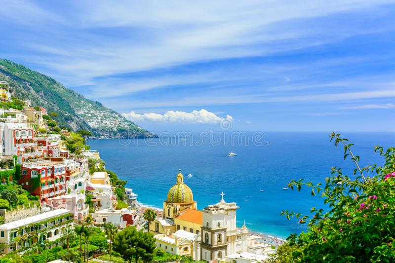 Positano, costa de Amalfi, Campania, Itália vista bonita na cidade velha no dia ensolarado imagem de stock royalty free
