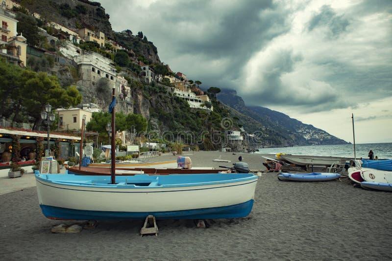 Positano Italië - 5,2016 november: toeristenboot op overzees strand van royalty-vrije stock foto