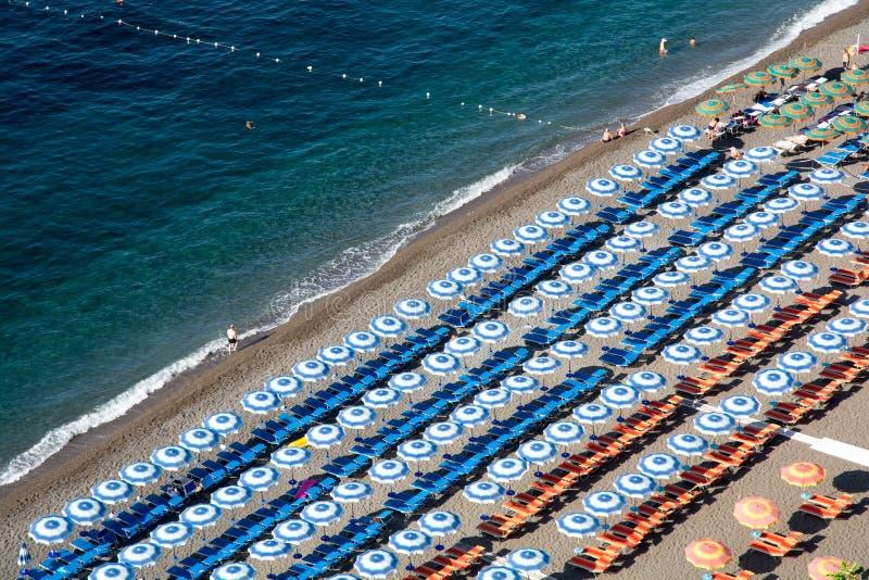 Positano, Italia - 5 de septiembre de 2018 playa principal de Positano, Spiaggia grande, con los paraguas coloridos y la gente go fotografía de archivo