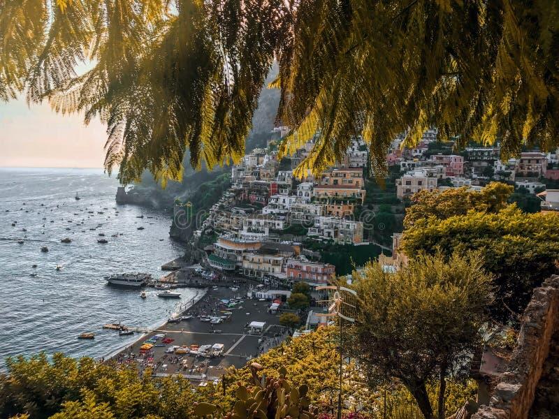 Positano, Italie, le 6 septembre 2018 : Plages et paysage urbain idylliques dans Positano photo libre de droits