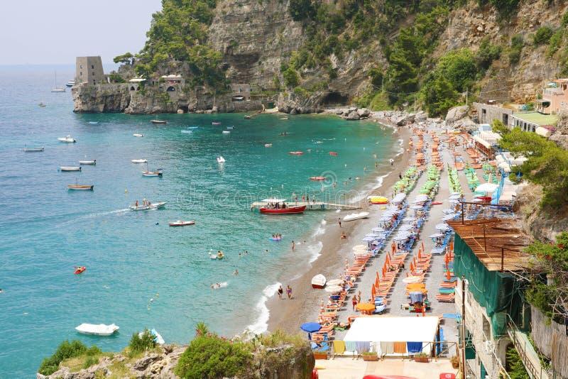 POSITANO ITALIEN - JULI 3, 2018: härlig strand i Positano, Ita arkivbilder