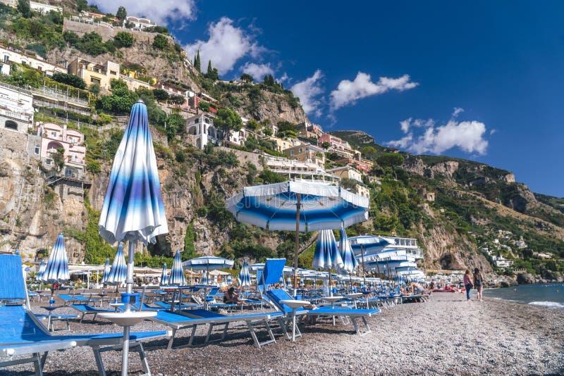 Positano Italien - strand med paraplyer, Amalfi kust, semesterbegrepp royaltyfri bild