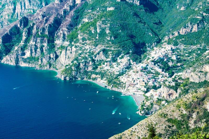 Positano met het strand en huizen, op de rots, Amalfi kust, Italië wordt de gevestigd dat stock afbeeldingen