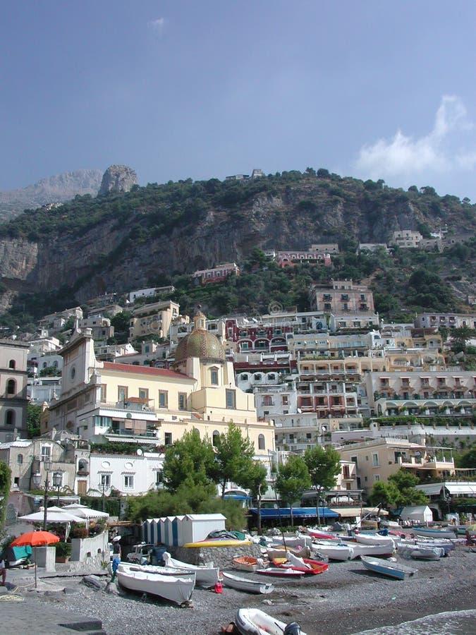 Positano, Napoli, Italia dalla spiaggia fotografia stock