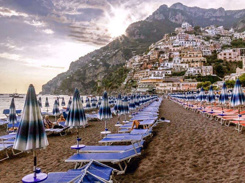 Positano-Strand bei Sonnenuntergang in Italien stockbild