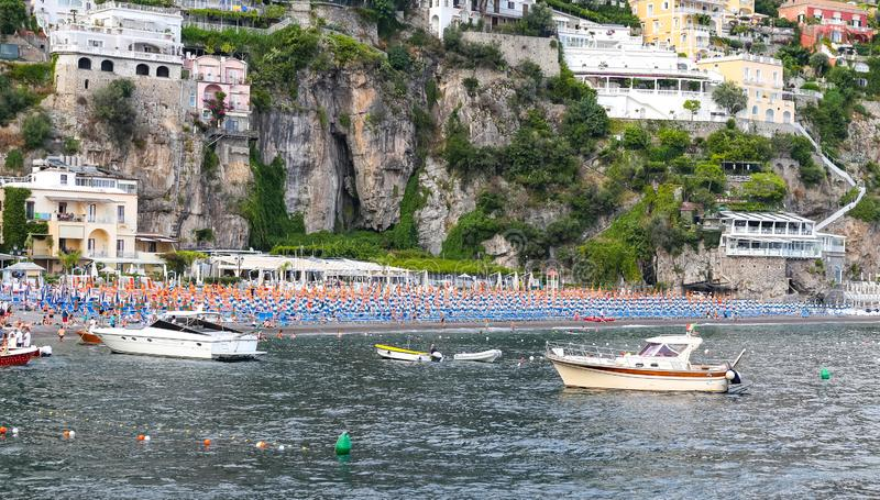 Positano strand i den Amalfi kusten, Naples, Italien arkivfoton