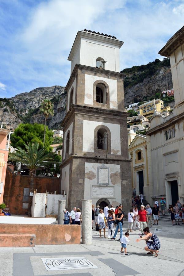 Positano turyści zbliżają kościół obraz royalty free