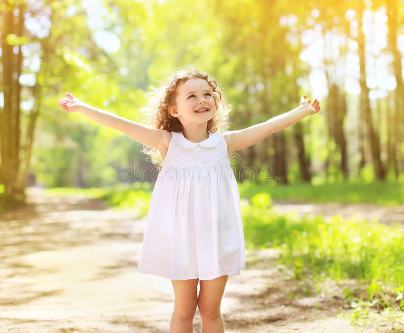 Positief die krullend meisje charmeren die de zomer van zonnige dag genieten royalty-vrije stock foto