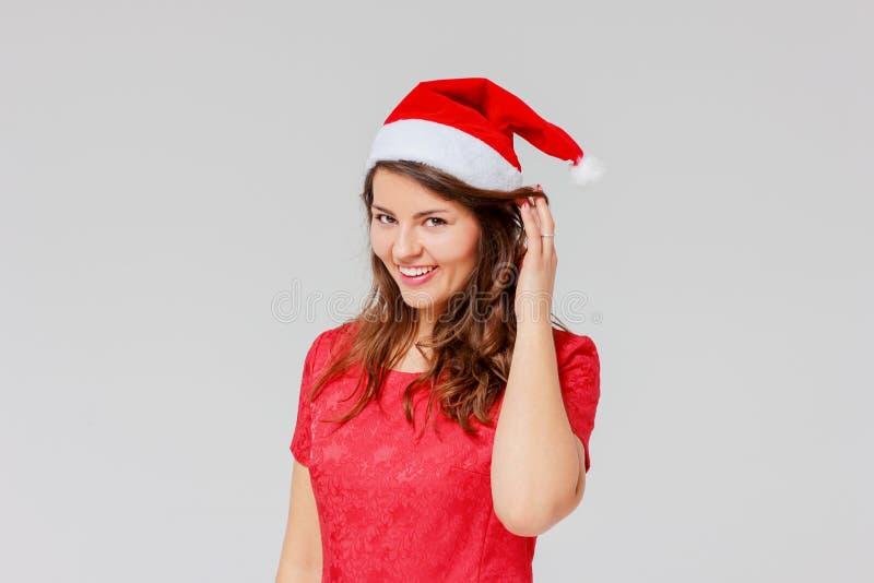 Positief die vrolijk mooi meisjesbrunette in rode kleding sharming royalty-vrije stock fotografie