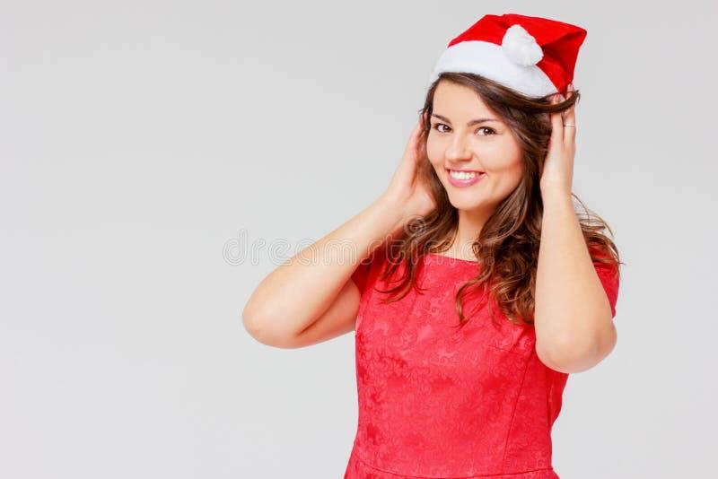 Positief die vrolijk mooi meisjesbrunette in rode kleding sharming stock foto's