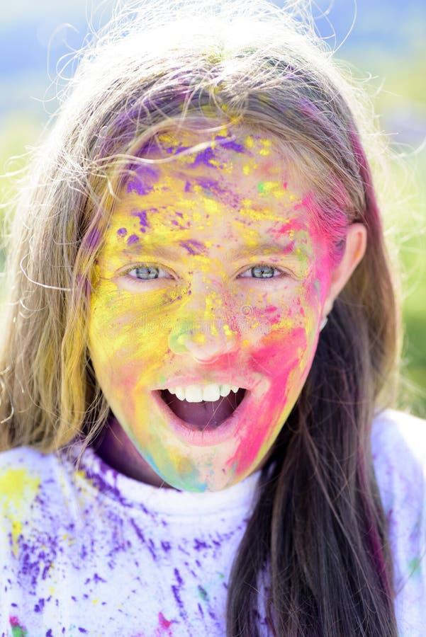 Positief en vrolijk de kleurrijke make-up van de neonverf Gelukkige de jeugdpartij De optimistenlente vibes Gek hipstermeisje De  stock afbeelding