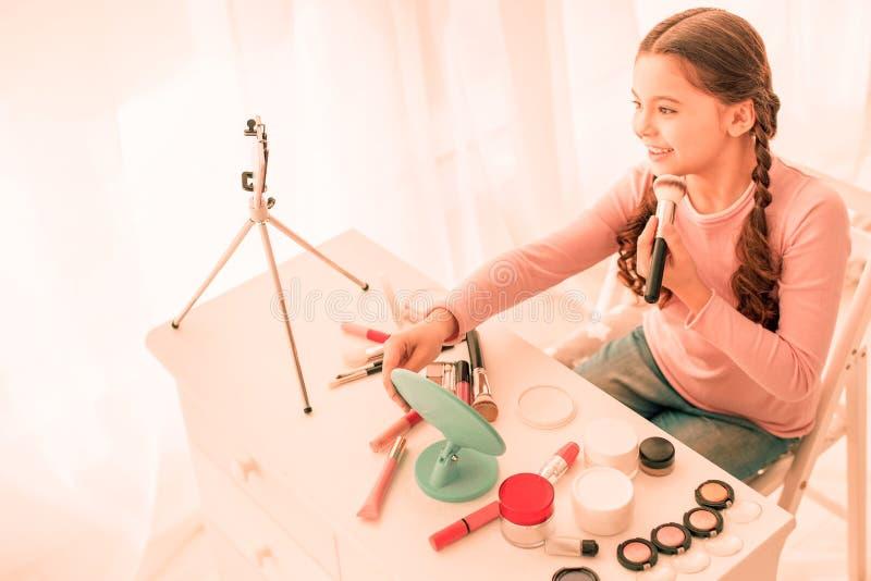 Positief gelukkig meisje die een video op haar telefoon registreren royalty-vrije stock afbeeldingen
