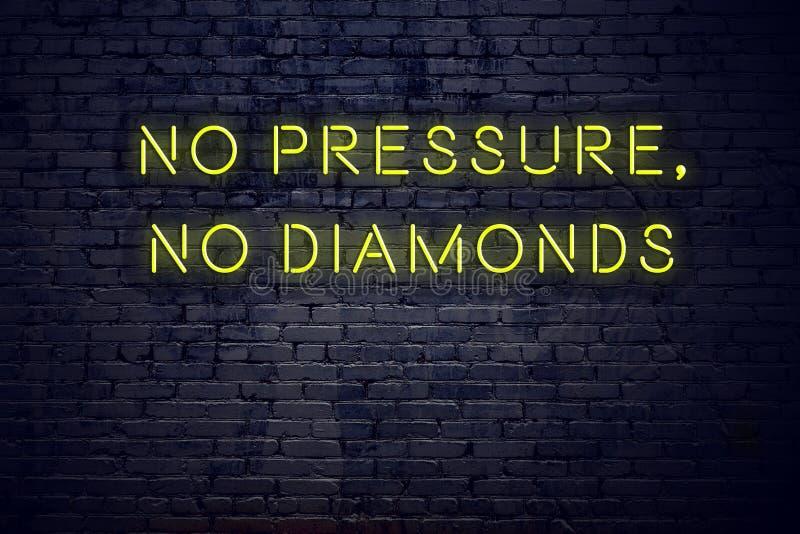 Positief inspirerend citaat op neonteken tegen bakstenen muur geen druk geen diamanten vector illustratie