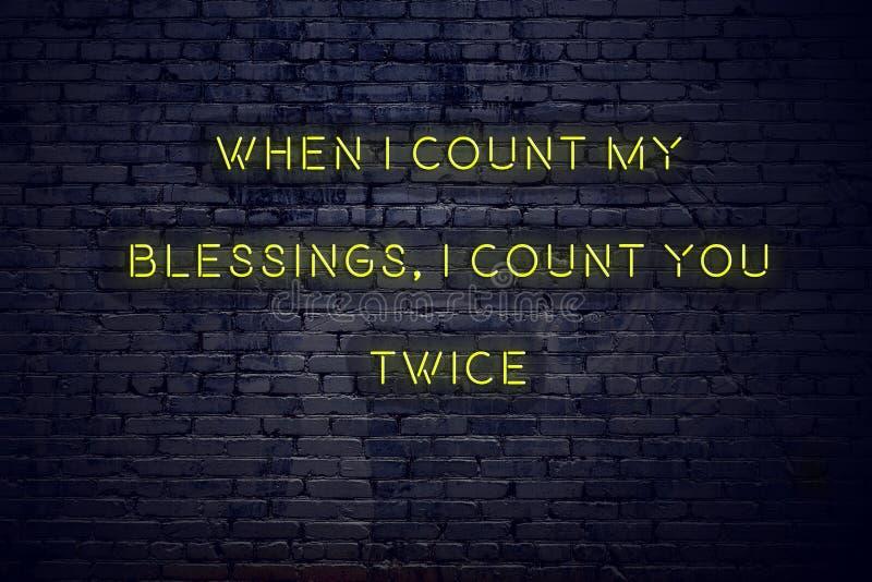 Positief inspirerend citaat op neonteken tegen bakstenen muur wanneer ik mijn zegeni telling u tweemaal tel royalty-vrije illustratie