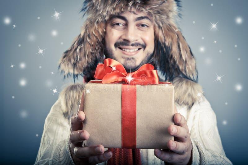 Positief mannetje met magische giftbox royalty-vrije stock afbeeldingen