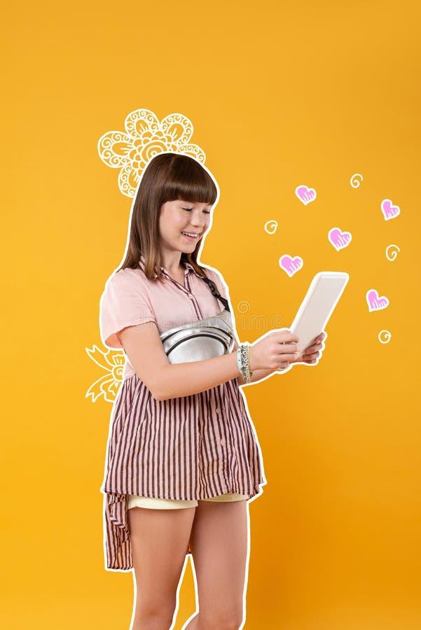 Positief meisje die gelukkig terwijl het gebruiken van een nieuwe tablet voelen royalty-vrije stock fotografie