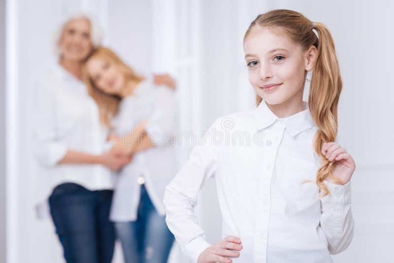 Positief meisje die thuis rusten royalty-vrije stock fotografie