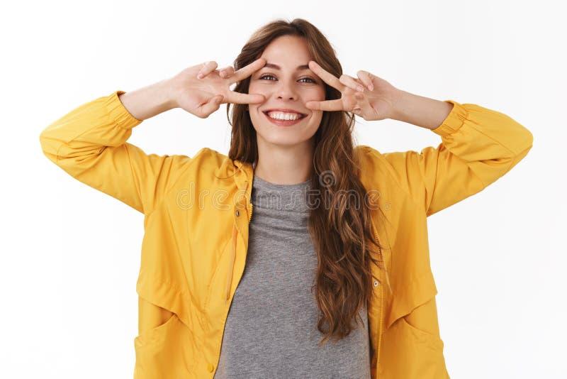 Positief meningen gezond lichaam Het heldere gelukkige onbezorgde schitterende Kaukasische meisje die ruim toothy grijns glimlach royalty-vrije stock afbeeldingen