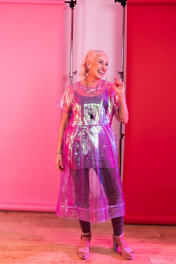 Positief opgetogen blondewijfje die moderne kleren aantonen royalty-vrije stock afbeeldingen