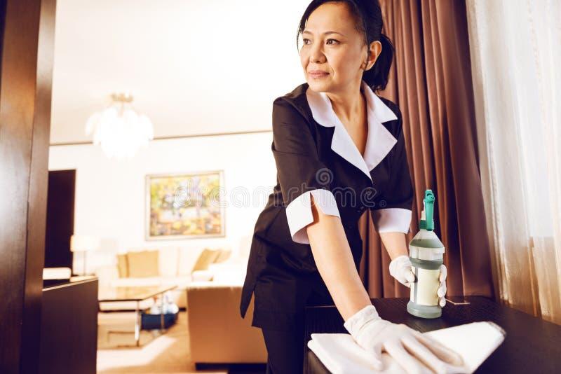Positief opgetogen brunette die in hotel werken stock fotografie