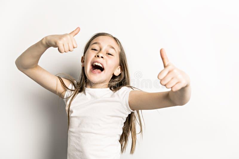 Positief Portret van leuke, zekere 9 jaar oud die meisjes, op wit wordt geïsoleerd royalty-vrije stock foto