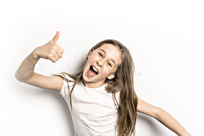 Positief Portret van leuke, zekere 9 jaar oud die meisjes, op wit wordt geïsoleerd royalty-vrije stock afbeeldingen