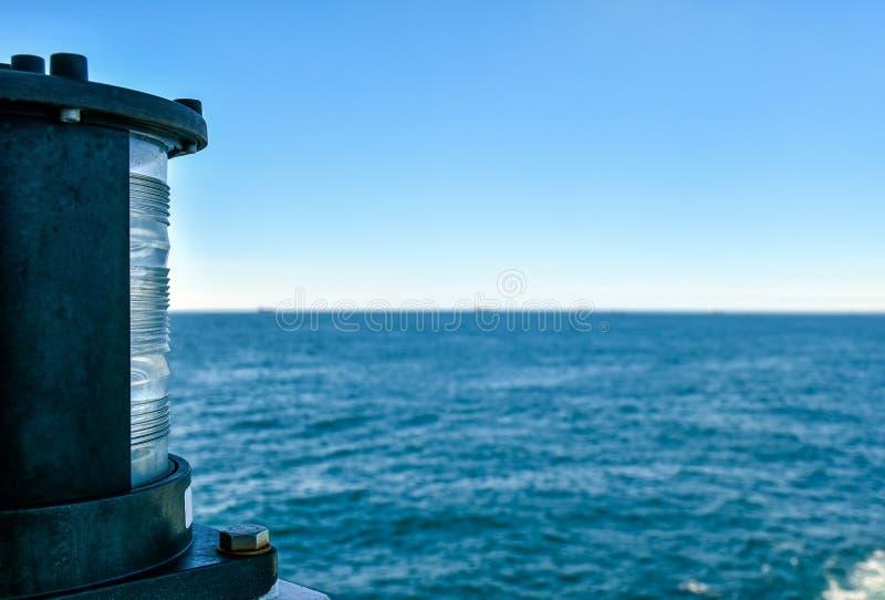 Positielicht bij de achtersteven van een schip stock foto