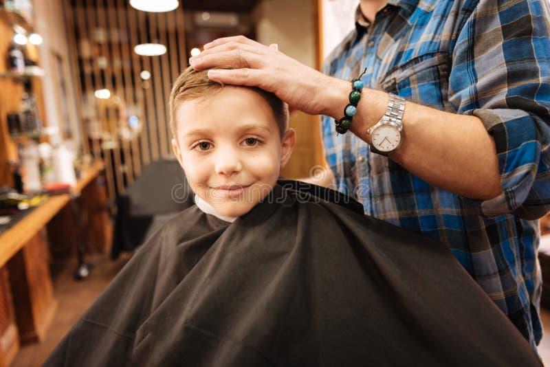 Positieve aardige jongen die in een grote stemming zijn royalty-vrije stock foto