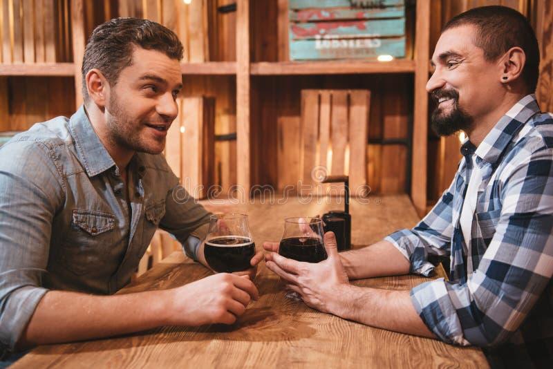 Positieve aardige vrienden die met elkaar spreken stock fotografie