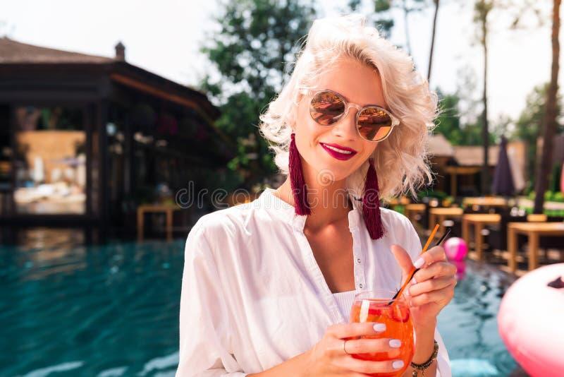 Positieve aardige vrouw die van haar de zomerrust genieten stock afbeeldingen