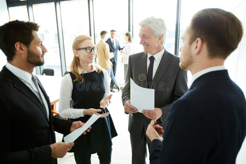 Positieve bedrijfsmensen die forumonderwerpen bespreken stock fotografie