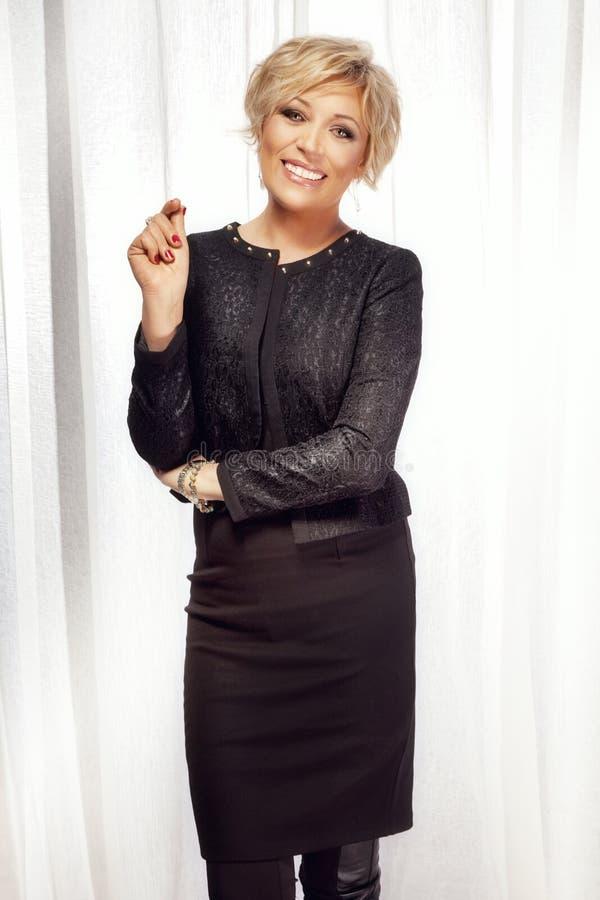 Positieve bedrijfsvrouw die over witte achtergrond glimlachen royalty-vrije stock foto