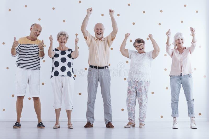 Positieve bejaarde mensen in pensionering stock fotografie