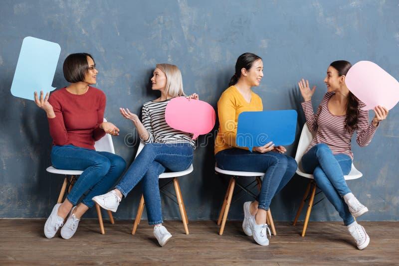 Positieve blije vrouwen die voor een deel spreken royalty-vrije stock afbeelding