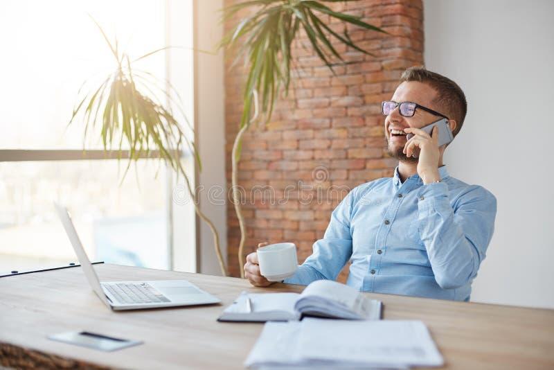 Positieve emoties Bedrijfs concept Vrolijke professionele volwassen Kaukasische financiënmanager in glazen en blauw overhemd stock afbeelding