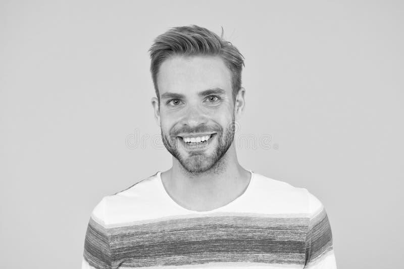 Positieve emoties Fijne man op gele achtergrond Gedekte man glimlachen Man met snor en vrolijk gezicht in de baard stock foto
