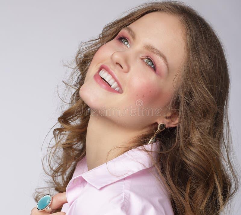 Positieve emoties Opgetogen Aantrekkelijke Vrouw die omhoog kijkt stock afbeeldingen